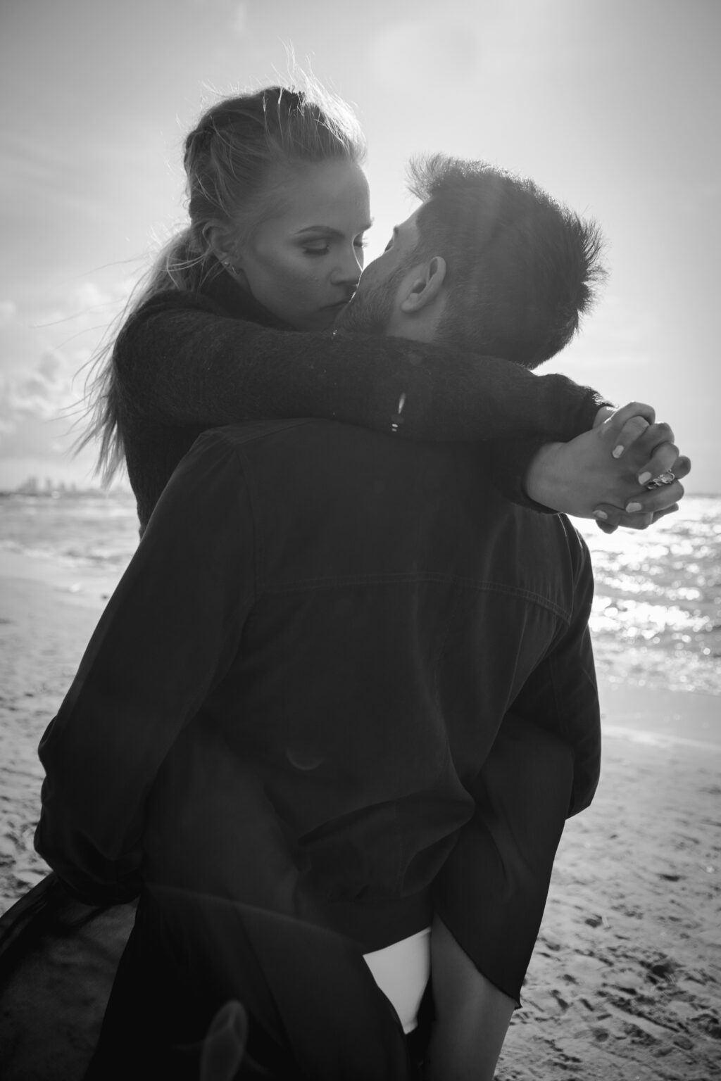 maffiti - Black and white couple photo at beach mustvalge paarifoto rannas